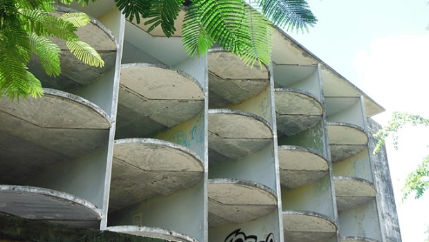 The facade of the El Ponce InterContinental hotel shows cool, mid-century modern rounded edges.
