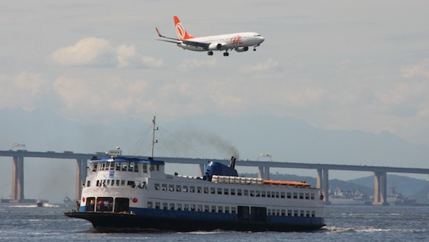 Gol Linhas Aereas (Gol Airlines) Boeing 737 on approach to Santos Dumont airport in Rio.