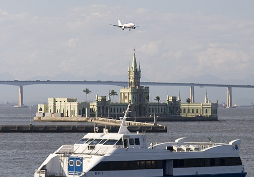 This Gol Linhas Aereas (Gol Airlines) Boeing 737 looks like it's about to perch on the old customs house.