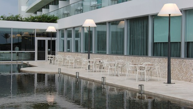 Reflecting pool & outdoor seating at the Holiday Inn Cartagena Morros hotel in Colombia.
